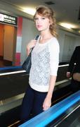 Nov 16, 2010 - Taylor Swift - Narita International Airport In Japan (57 HQ pics) Th_22679_tduid1721_Forum.anhmjn.com_013_122_575lo