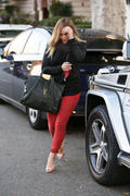http://img107.imagevenue.com/loc596/th_176131320_Hilary_Duff_Leaving_The_Chris_McMillan_Hair_Salon13_122_596lo.jpg
